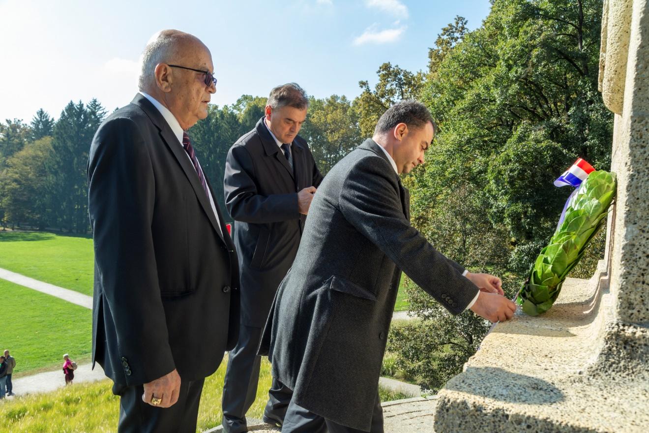 Hrvatski sokol Samobor odao počast poginulim braniteljima kod sokolske mogile u Maksimiru